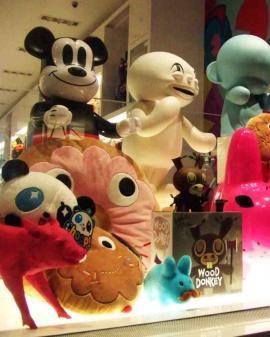 Escaparatismo en tiendas de ocio y regalos (deportes, juguetes, librerías, floristerías ...